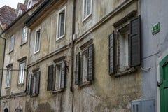Alte Türen und alte Fenster in der alten Stadt Lizenzfreies Stockfoto