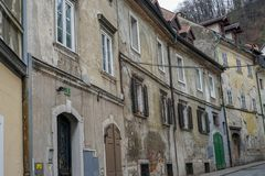 Alte Türen und alte Fenster in der alten Stadt Stockbilder