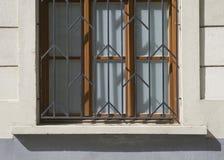 Alte Türen und Griffe und Verschlüsse und Gitter und Fenster Stockfotografie