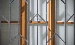 Alte Türen und Griffe und Verschlüsse und Gitter und Fenster Stockfotos