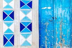 Alte Türfassade auf blauer Farbe Stockfoto