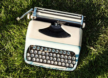Alte Türkisschreibmaschine auf dem Gras Stockfotografie