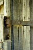 Alte Türklingel hergestellt vom Holz Die Tür eines alten Kellers Lizenzfreie Stockbilder