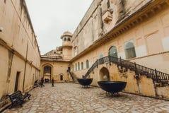 Alte Türme und Wände von historischer Amber Fort und einigen von Touristen, die es aufpassen Stockfotos