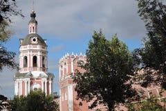 Alte Türme von Don Icon-Kloster in Moskau Stockbild