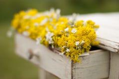 Alte Tabelle der Weinlese und wilde Blumen Lizenzfreies Stockfoto