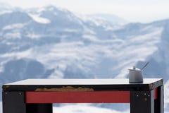 Alte Tabelle mit Zuckerschüssel Café im im Freien am Skiort Lizenzfreies Stockbild