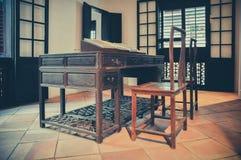 Alte Tabelle und Stuhl Stockfotografie
