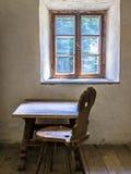 Alte Tabelle und Stuhl Lizenzfreie Stockfotos