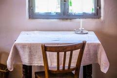 Alte Tabelle und Stuhl Stockfotos