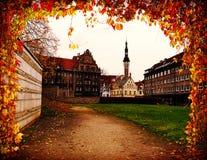 Alte Tallin-Ansicht durch den Bogen des Herbstes listvy estoniya evrop Stockbild