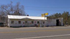 Alte Tankstelle im Dorf von Benton - BENTON, USA - 29. MÄRZ 2019 stock video