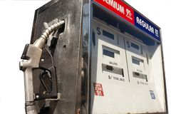 Alte Tankstelle pumpen weißen Hintergrund gegen Stockfotos