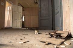 Alte Tasche in einer verlassenen Schule Lizenzfreie Stockfotografie