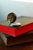 Alte Taschenuhr auf dem Buch Lizenzfreie Stockfotografie