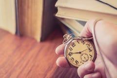Alte Taschenuhr in der Hand halten Stockfotografie