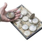 Alte Taschenuhr des Uhrwerks in einer Hand Stockfoto