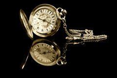 Alte Taschenuhr mit Reflexion Lizenzfreie Stockfotos