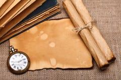 Alte Taschenuhr mit Rollen und Büchern Lizenzfreie Stockbilder