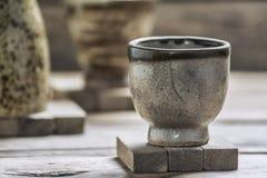 Alte Tassen Tee auf Holztisch Stockbild