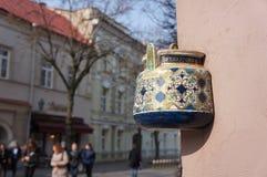 Alte Teekanne auf Fassade des Altbaus in Vilnius, Litauen Stockfotos