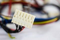 Alte Teile der Drähte und der elektrischen Verbindungsstücke auf weißem Hintergrund Stockfotos