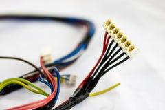 Alte Teile der Drähte und der elektrischen Verbindungsstücke auf weißem Hintergrund Stockfotografie