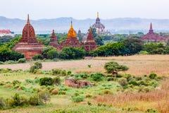 Alte Tempel und Pagoden in der Ebene von Bagan Stockfotografie