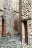 Alte terassenförmig angelegte Häuser auf cobbled Durchgang Lizenzfreie Stockbilder