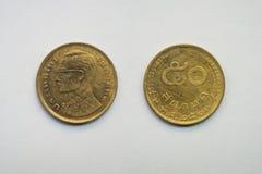 Alte thailändische Münze auf weißem Hintergrund Stockbilder