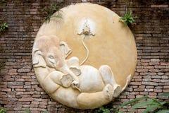 Alte thailändische Skulptur des Elefanten im Tempel von Thailand. Lizenzfreie Stockfotos