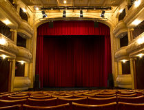 Alte Theaterstufe und roter Trennvorhang Lizenzfreie Stockfotografie