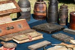 Alte tibetanische betende Bücher und hölzerne Behälter der Milch in der Anzeige Lizenzfreie Stockfotografie