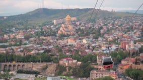 Alte Tiflis-Ansicht vom Berg zur Stadt Fahrerhäuser bewegen sich entlang die Drahtseilbahn Kabelbahntouristenstraße in der Stadt stock footage