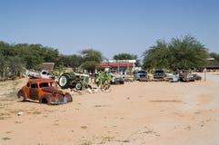 Alte Timer-Auto-Wracke in einer Wüsten-Landschaft in der Patience, Namibia Stockfotos