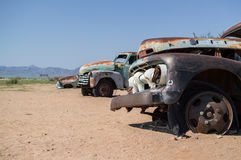 Alte Timer-Auto-Wracke in einer Wüsten-Landschaft in der Patience, Namibia Stockbild