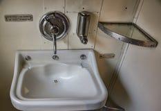 Alte Toilette auf einem Zug 70s Stockfoto