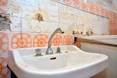 Alte Toilette in zerstörtem Badezimmer Stockfoto