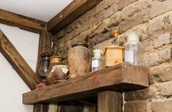 Alte Tonwaren- und Glasflaschen mit Stockbild
