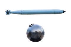 Alte Torpedos und alte Marinebombe auf weißem Hintergrund Stockbild