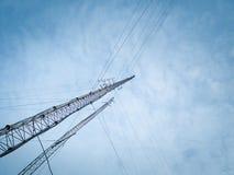Alte torri della trasmissione dell'onda radio immagine stock