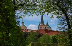 Alte torri delle guglie della chiesa di Tyn nella città di Praga immagini stock libere da diritti