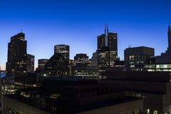 Alte torri di aumento di San Francisco nella penombra di alba Fotografie Stock Libere da Diritti