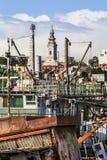 Alte Towboats-Kran-Lastkähne und Bagger am Schiffs-Autofriedhof an Stockfoto