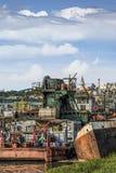 Alte Towboats-Lastkähne und Bagger am Schiffs-Autofriedhof auf Sava Ri Stockbild