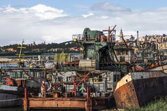 Alte Towboats-Lastkähne und Bagger am Schiffs-Autofriedhof auf Sava Ri Stockbilder