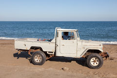 Alte Toyota-Aufnahme auf den Strand Stockfotos