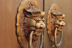 Alte Tür des traditionellen Chinesen mit Löwekopfklopfern, flacher DOF Stockfoto