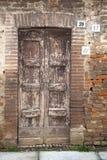 Alte Tür mit drei verschiedenen Hausnummern. Stockbilder