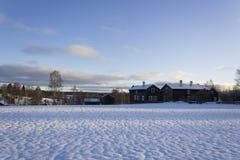Alte - traditionell - Häuser in ländlichem Schweden an einem schönen Wintertag Lizenzfreie Stockfotos